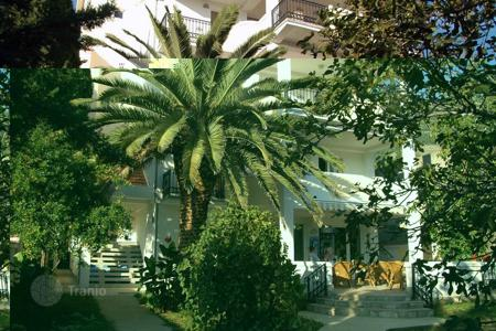 Residential for sale in Sutomore. The four-storey apartment hotel with swimming pool and garden, 600 meters from the sea, Sutomore, Bar