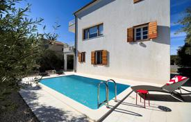 Houses with pools for sale in Rogoznica. Spacious villa with a private garden, a swimming pool, a parking and a sea view, Rogoznica, Croatia