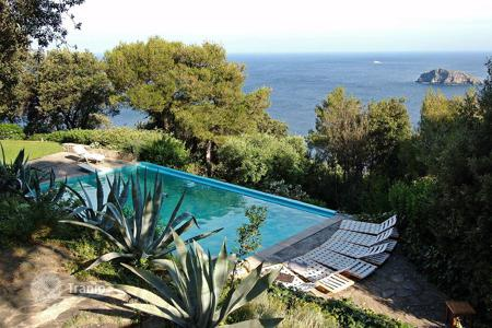 Villas and houses by the sea for rent with swimming pools in Italy. Unique resort villa in Tuscany