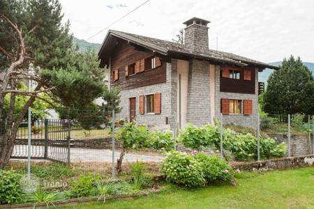 Houses for sale in Lombardy. Villa with building plot in Villa di Tirano, in the province of Sondrio