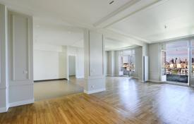 Luxury apartments for sale in Neuilly-sur-Seine. Neuilly-sur-Seine — Parmentier — A 231 m² 6-room apartment in a luxury and entirely renovated 1930's building