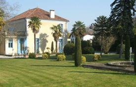 4 bedroom houses for sale in Nord-Pas-de-Calais Picardie. A historic castle surrounded by a picturesque park, 15 minutes from Orthez, Pas-de-Calais, France