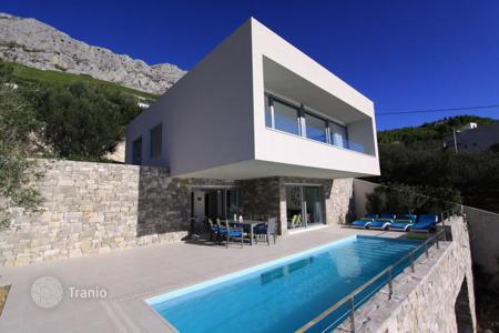 Coastal houses for sale in Split-Dalmatia County. De luxe villa near to the sea in Omis riviera, Croatia