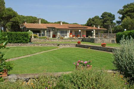 Coastal villas and houses for rent in Province of Grosseto. Lovely villa directly by the sea