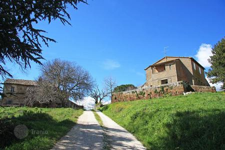 Houses for sale in San Lorenzo Nuovo. Lakeside Farmhouses in need of renovation for sale in Lazio, Lake Bolsena