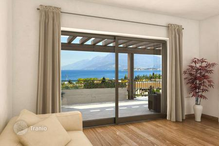 Penthouses for sale in Desenzano del Garda. Furnished two-bedroom penthouse with a terrace and a lake view, in a residence with a park and a pool, Desenzano del Garda, Italy