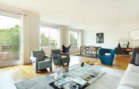 Luxury property for sale in Paris. Paris 16th District – Facing the bois de Boulogne