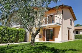 Coastal townhouses for sale in Italy. Terraced house – Bardolino, Veneto, Italy