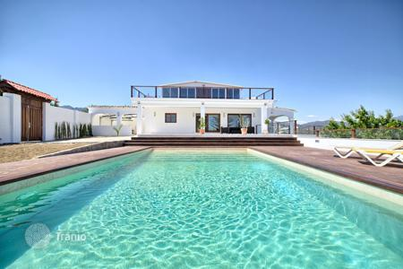 Houses with pools by the sea for sale in Estepona. Impressive Modern Villa in El Padron, Estepona