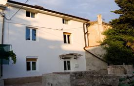 3 bedroom houses for sale in Slovenia. Located in the centre of the Island Silba village 100 metres from the sea and hosting the Island's world famous Toretta in its garden