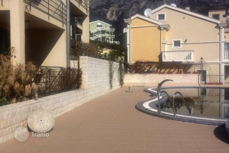 Apartments with pools for sale in Becici. The apartment is in a complex with swimming pool in Becici