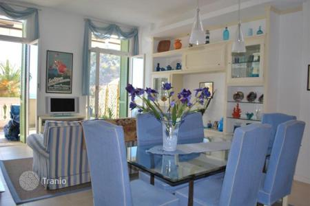 2 bedroom apartments by the sea for sale in Bordighera. Furnished sea view apartment with a terrace and a private yard, in a historic building, at 300 meters from the beach, Bordighera, Italy