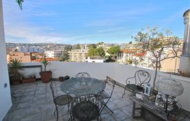 1 bedroom apartments for sale in Côte d'Azur (French Riviera). A 2 room apartment with a superb terrace on the top floor in Cimiez
