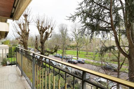 1 bedroom apartments for sale in Neuilly-sur-Seine. Neuilly-sur-Seine – A perfect pied a terre enjoying a view of the Bois de Boulogne