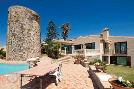 Coastal houses for sale in Sitio de Calahonda. Beachfront furnished villa in Calahonda, Spain. Gym, swimming pool, jacuzzi, tennis courts, garage