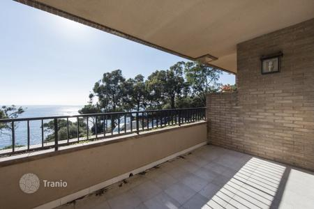 Coastal residential for sale in Catalonia. Two-bedroom apartment with a spacious terrace facing the sea on the Costa Brava, in Lloret de Mar