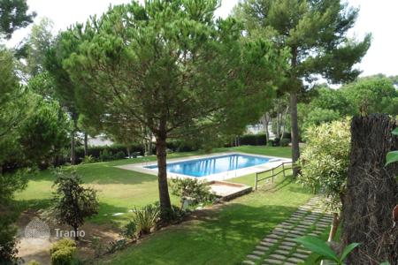 Townhouses for sale in Castelldefels. Spacious townhouse with a swimming pool, a landscaped garden and a terrace, Castelldefels, Barcelona, Spain