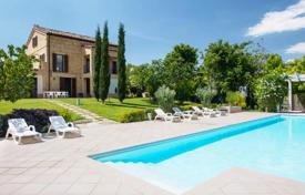 Property for sale in Monte San Giusto. A beautifully restored farmhouse with 7 bedrooms, an infinity pool
