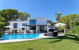 Luxury 4 bedroom houses for sale in Costa del Sol. Newly renovated villa with a private garden, a pool and a terrace, Nueva Andalucia, Spain