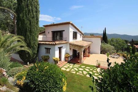 Houses with pools for sale in Argentona. Mediterranean villa with stunning views! Argentona, Barcelona