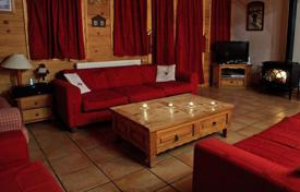 Villas and houses to rent in Savoie. Traditional chalet with 7 bedrooms, a jacuzzi and a ski room, 100 m to the ski lift. Center of La Tania, France