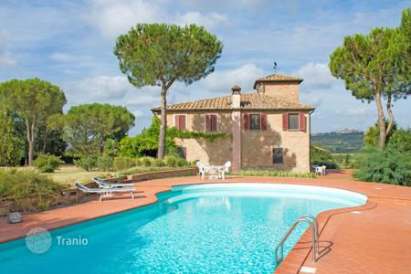 Luxury houses with pools for sale in Tuscany. Historic house in Lucignano, Italy. Large plot, terraces, swimming pool, park