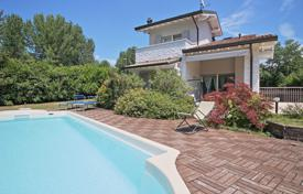 Houses with pools for sale in Lake Garda. Lakefront detached house in Sirmione