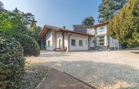 Luxury houses for sale in Lierna. Spacious villa with a terrace, a beautiful garden and a swimming pool, overlooking Como Lake, Ljerna, Lombardy, Italy