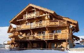 Residential to rent in Huez. A comfortable chalet (Ski-in/ski-out) with 7 bedrooms, a living room with a fireplace, Jacuzzi, a sauna and a ski room, Alpe d'Huez, France