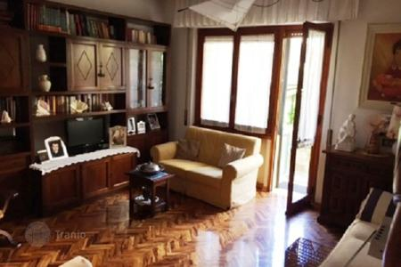 2 bedroom apartments for sale in Florence. Spacious apartment with a garden, Florence, Italy