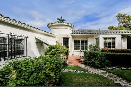 Luxury 3 bedroom houses for sale in North America. One-story house with a fireplace and large garden in the heart of Miami Beach, Florida
