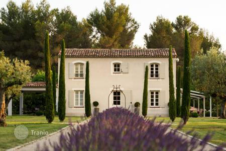 Luxury residential for sale in Aix-en-Provence. Aix-en-Provence — Former hunting lodge