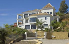 Luxury 4 bedroom houses for sale in Costa del Sol. New villa with a plot, a pool, terraces and a sea view, Marbella, Spain