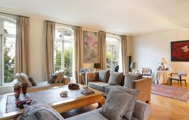 5 bedroom houses for sale in Ile-de-France. Neuilly-sur-Seine. A superb late 1920's property with a garden.