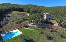 Houses with pools for sale in Italy. Farmhouse for sale in Umbria near Todi