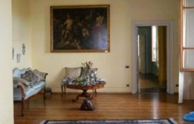 Luxury apartments for sale in Florence. Apartment with a fireplace and a balcony, in a historic building with an elevator, Florence, Italy