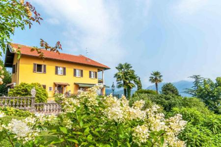 Luxury houses for sale in Baveno. Spacious 3-storey villa with a large plot of land and a well-tended garden, on the shores of picturesque Lake Maggiore!