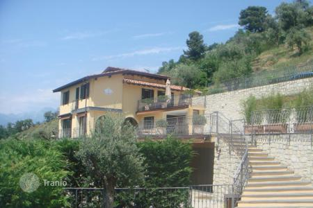 Houses with pools for sale in Soldano. Prestigious country villa for sale in Soldano