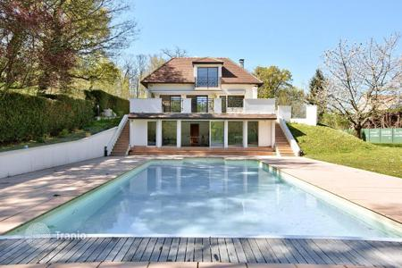 Luxury 6 bedroom houses for sale in Ile-de-France. High class villa with pool and garden close to the Bois de Boulogne, in Rueil-Malmaison, suburb of Paris