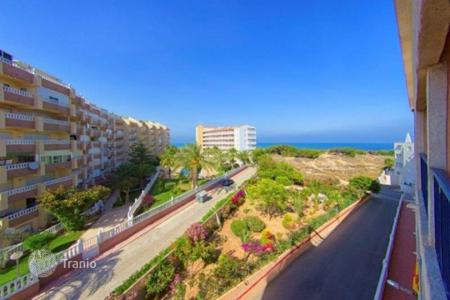 Cheap apartments with pools for sale in Costa Blanca. Apartment with terrace and sea view, in a residence with garden and swimming pool, in Torrevieja, Alicante, Spain