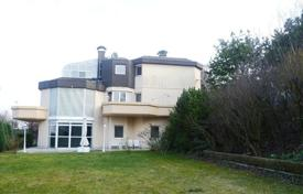 Property for sale in Lower Austria. Three-level villa with a pool, a garden and a garage in the suburbs of Vienna — Klosterneuburg, Lower Austria