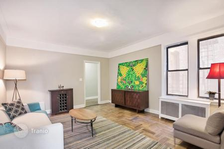Cheap 2 bedroom apartments for sale in North America. Apartment in Washington Heights, New-York