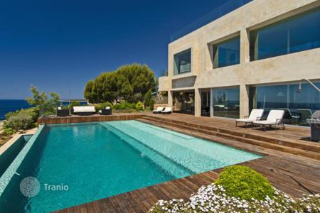 Luxury residential for sale in Majorca (Mallorca). Bright and modern frontline villa in Cala Pi, Spain