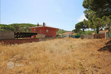 Coastal development land for sale in Costa Brava. Large plot in a quiet residential area of L 'Escala, 700 meters from the sea, with the possibility of construction of a residential house