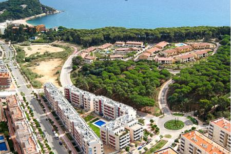 Cheap apartments with pools for sale in Costa Brava. One bedroom apartment in a new residential complex with pool and parking near the sea in Lloret de Mar, Costa Brava