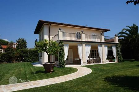4 bedroom houses for sale in Forte dei Marmi. New two-storey villa with swimming pool and garden in Forte dei Marmi, Tuscany, Italy