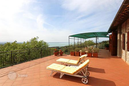 6 bedroom houses for sale in Umbria. The prestigious two-level farmhouse with a splendid view of Lake Trasimeno