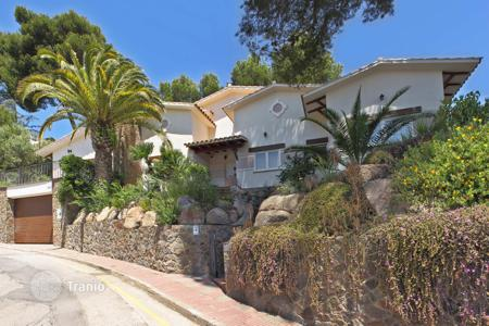 Luxury houses with pools for sale in Costa Brava. Villa with elegant design in the Costa Brava