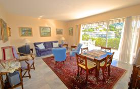 Cheap residential for sale in Côte d'Azur (French Riviera). Two-bedroom apartment with a terrace and a sea view, in a luxury residential complex with a swimming pool, Villefranche-sur-Mer, France