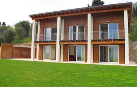 Luxury 3 bedroom houses for sale in Lake Garda. Сomfortable villa with a panoramic view of the lake, a private swimming pool, a park and a golf course, Gardone Riviera, Italy